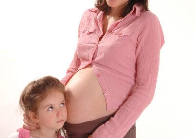 Prof. Steven Offenbacher von der Universität Chapel Hill in North Carolina, USA, untersuchte Mütter nach zu früh beendeten Schwangerschaften unter Einbeziehung bekannter Frühgeburtsrisiken. Eine unbehandelte Entzündung des Zahnbetts erhöht demnach das Risiko einer Frühgeburt um das 7,5fache.