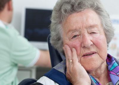 Zunehmend leiden Patienten an psychosomatischen Beschwerden. Während die einen über einen langen Zeitraum hinweg an unerklärlichen Schmerzen leiden, knirschen und pressen sich andere durch die Nacht. Wieder andere leiden an der sogenannten psychogenen Zahnersatzunverträglichkeit.